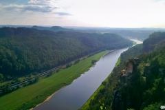 Blick-die-Elbe-entlang-nach-Wehlen