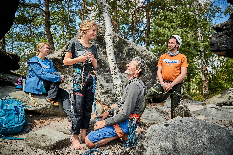 Familie beim Kletterkurs