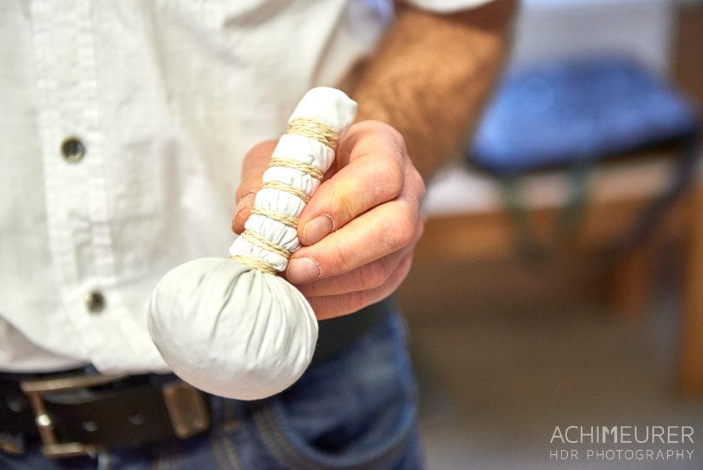 Herstellung eines Kräuter-Massage-Stempel in der Naturheilpraxis im Biohotel Helvetia
