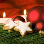Weihnachtskugel und Zimtsterne (c) Undine Aust - fotolia.com